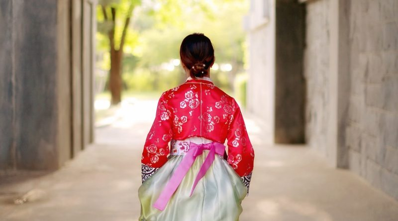 Image of a Korean lady wearing hanbok (How to wear a Korean Hanbok)